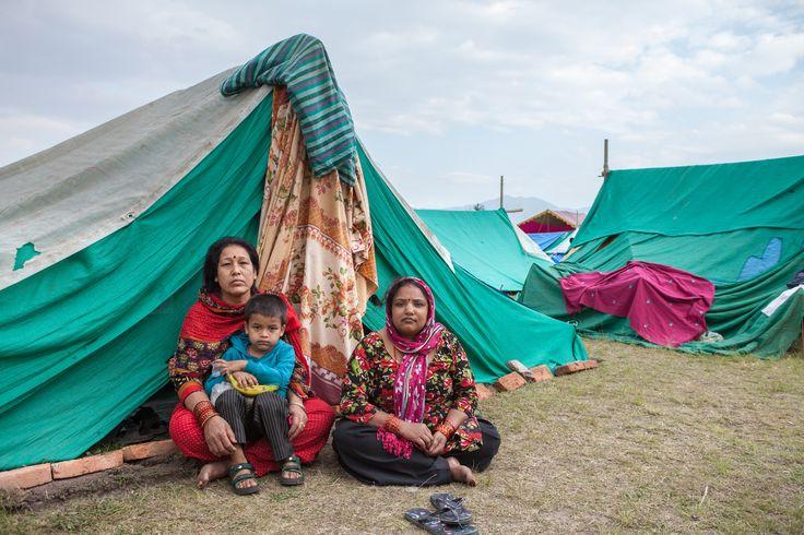 Plan brengt tenten, dekens, klamboes, schookits en voedselpakketten naar de zwaarst getroffen dorpen in de districten Kavrepalanchok, Dolakha, Makwanpur en Sindhuli. Help Nepal: https://www.plannederland.nl/resultaten/noodhulp/aardbeving-in-nepal