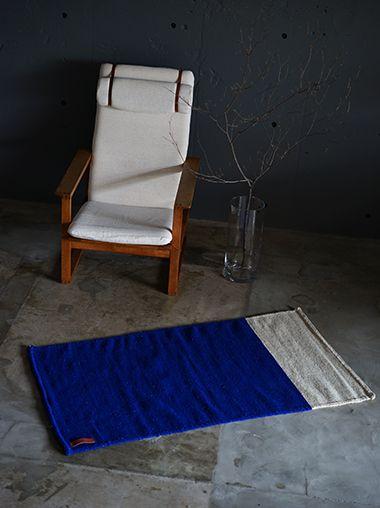 メキシコの伝統的なパターンからインスピレーションを受けた鮮やかなブルーが印象的なラゴスデルムンドのラグは、職人の手織りです。持ち運びも可能です。ニューヨークスタイルのインテリアショップ ideot 。クラシカルかつモダンで洗練されたアイテムを提案します。