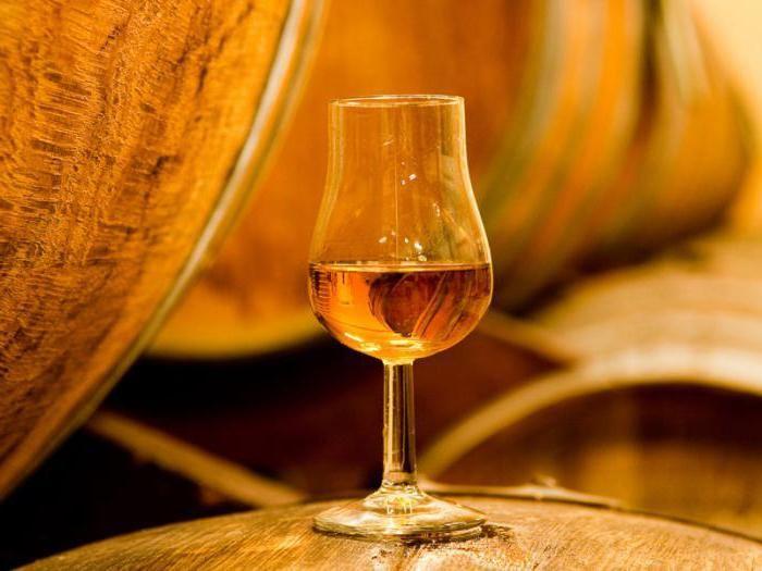 Рецепт кальвадоса из яблок в домашних условиях Крепкие алкогольные напитки из яблок: Яблочный самогон (водка из яблок) – напиток получается путем дистилляции яблочного несладкого вина, приготовленного по белой или красной схеме. Кальвадос – французский яблочный бренди, изготовленный из яблочного самогона, полученного по белой схеме, путем выдержки его в дубовой бочке с минимальным обжигом. Похож на виноградный бренди, с яблочными тонами в послевкусии. Эппл Джек (Apple Jack) – американский…