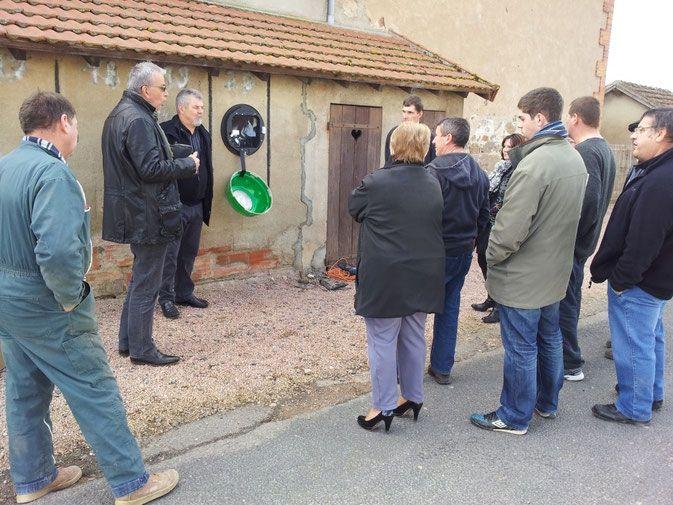 Le défibrillateur a été installé le jeudi 12 février 2015 au centre du Bourg, à côté de la Mairie sur le mur de l'école (côté panneaux d'affichage).