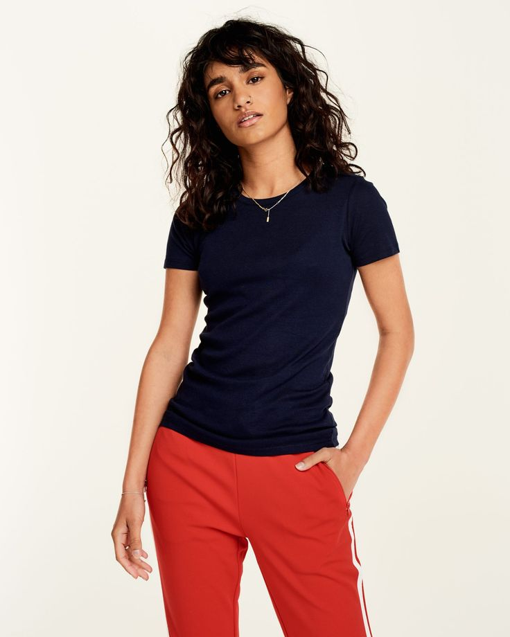 Aangesloten navy T-shirt met korte mouwen. Hoge hals en gemaakt van zacht organic katoen. Figuur accentuerend. Bekijk hier.