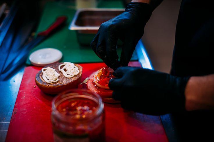 Στo ala Burger αγαπάμε με πάθος να μαγειρεύουμε και να σας προσφέρουμε αυθεντικές ποιοτικές γεύσεις με μεράκι συνέπεια και προσωπική φροντίδα.  Με δικές μας συνταγές και ολόφρεσκα υλικά.  Με υψηλές προδιαγραφές ποιότητας και εξυπηρέτησης που μας έχουν αναδείξει σε αγαπημένο γευστικό προορισμό.  Με προετοιμασία στο χέρι και διάθεση να σας εκπλήσσουν κάθε φορά.  To καλό φαγητό δεν είναι απλώς η φιλοσοφία μας είναι το πάθος μας.  Γι αυτό και θέλουμε να ξέρουμε ότι απολαμβάνετε το φαγητό σας…