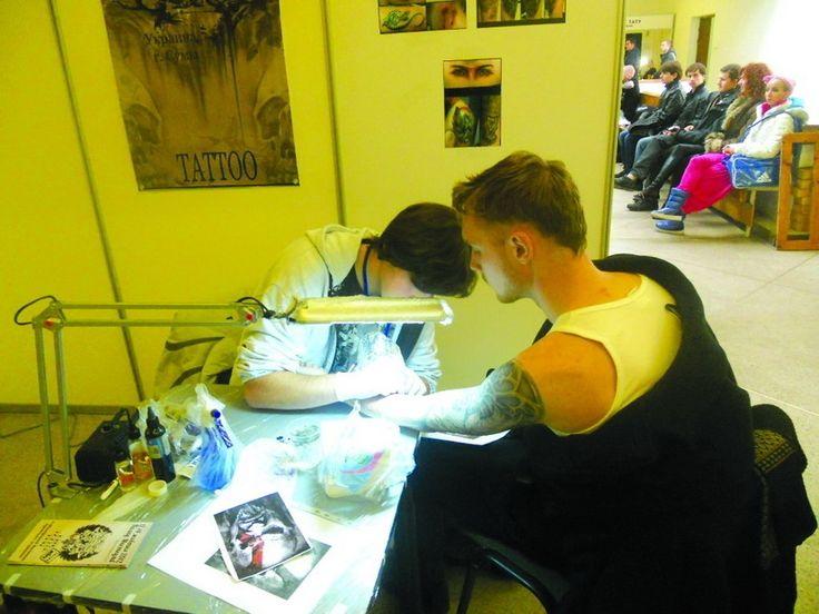 Тату – на руці, на оці, на язиці…. На Третьому Міжнародному фестивалі художнього татуювання відвідувачі і роботи переглянули, і собі татуювання зробили #WZ #Львів #Lviv #Новини #Життя  #фестиваль #тату
