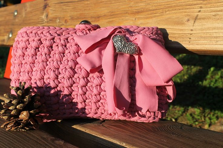 Pochette di colore rosa antico, con cuore lavorato a mano e bottone color acciaio.