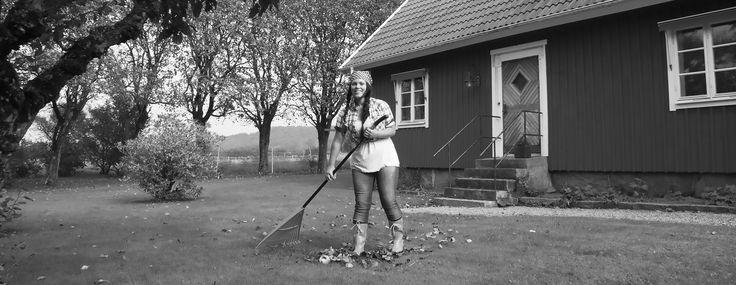Malin Jonavin tar hand om trädgården. Det är härligt med höst. Att få kratta upp de vackra färgerna, lägga dem i komposten och njuta av förberedelserna inför vintern efter en lång sommar...
