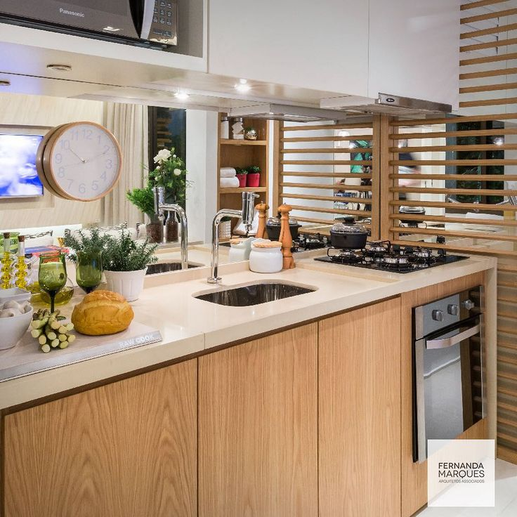 """Fernanda Marques - Arquiteta no Instagram: """"Cozinha com detalhes em laminado melamínico padrão madeira e espelho para dar maior profundidade. Soluções fáceis e belas !! Kitchen with details in white , wood and a mirror to bring more depth . Smart beautiful solutions !! #dicasfernandamarques #cozinha #cozinhagourmet #gourmetkitchen #kitchen #decor #decoracao #decoracaodeinteriores #decoracaoetododia #interiors #interiordesign #design"""""""