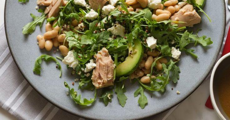 Ingredientes (para uma dose): — 60 gramas de grão de bico cozido; — Meia lata de atum ao natural; — Um tomate maduro; — Uma cebola roxa; — Salsa e coentros picados (a gosto); — 40 gramas de abacate maduro pequeno; — 80 gramas de brócolos cozidos; — Uma colher de sopa de azeite; — … Continued