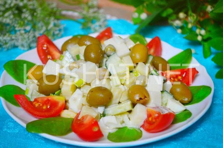 Салат со шпинатом, огурцами, картошкой и горошком