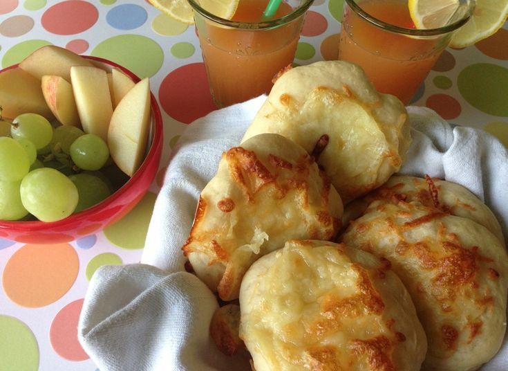 """Osteboller. Små lækre osteboller med mozzarella ost. En god lille """"komme hjem snack"""" til børnene, som let kan tages op af fryseren. De kan også bruges i madpakken eller som tilbehør til aftensmaden."""
