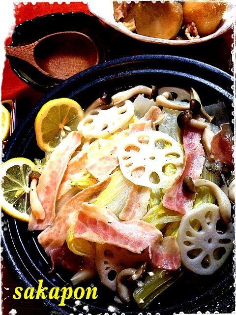冷蔵庫に残った白菜、れんこん、セロリの消費に、ベーコンと順に重ねて蒸してみたよ〜野菜からでる甘みで塩胡椒だけのシンプルな味付け、 時短簡単 旦那さん腹回りが気になりプチダイエットしてるからネ〜ʅ(◔౪◔ )ʃ - 263件のもぐもぐ - 簡単ヘルシー白菜ミルフィーユ by sakapon777