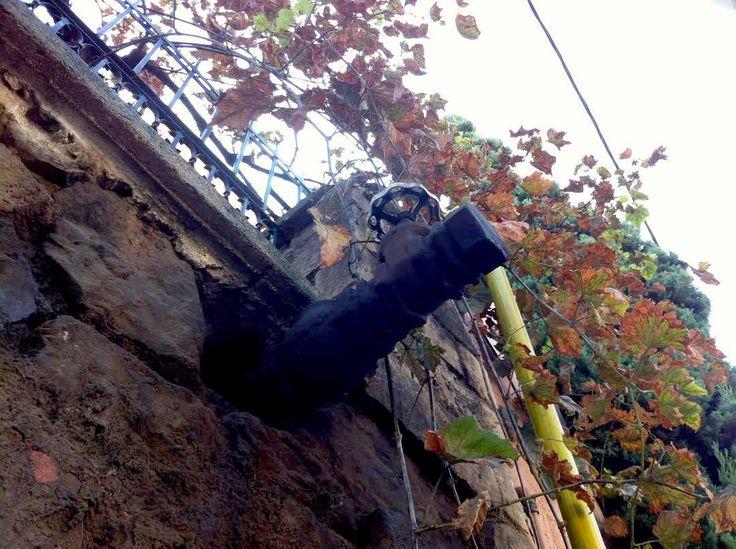 Λεπτομέρεια από υπερυψωμένη μονοκατοικία πάνω στην Ελ. Βενιζέλου  Φωτογραφία: Γιώργος Περάκης