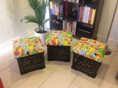Este pufe de caixotes de plásticos é divertido e pode ficar em qualquer cantinho de sua casa (Foto: mrswansink.wordpress.com)