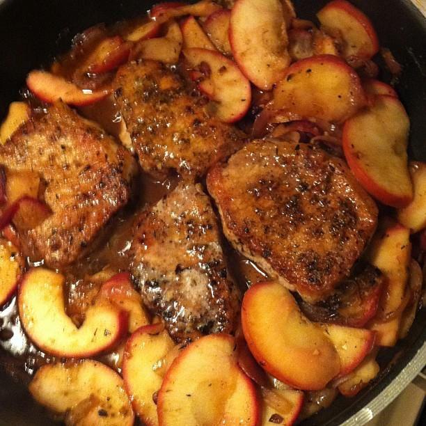 Chuletas de cerdo con manzanas y batatas para una comida agridulce rápida  Share on facebook Share on twitter Share on pinterest  PUBLICADO POR: ALEJANDRA GUERRERO