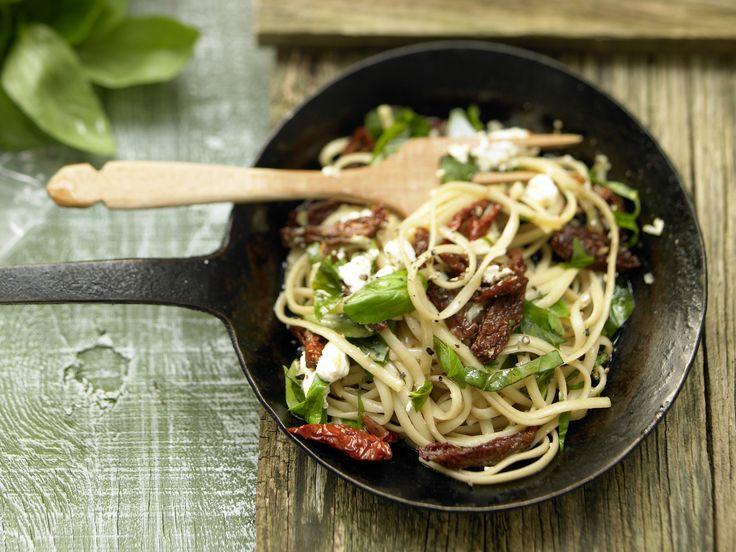 Super lecker und fix auf dem Teller: Ziegenkäse-Pasta mit getrockneten Tomaten - smarter - Kalorien: 590 Kcal - Zeit: 15 Min.   eatsmarter.de