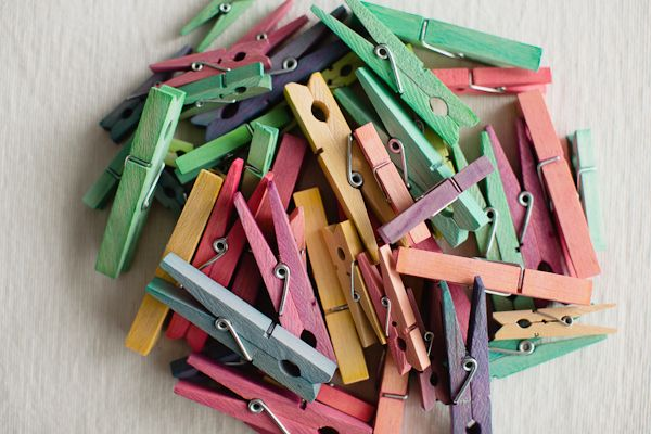 DIY Stained Clothespins - In jar, pour boiling water, a tablespoon of vinegar and food coloring drops and mix well. Add clothespins and let them soak for  an hour. hellobee.com