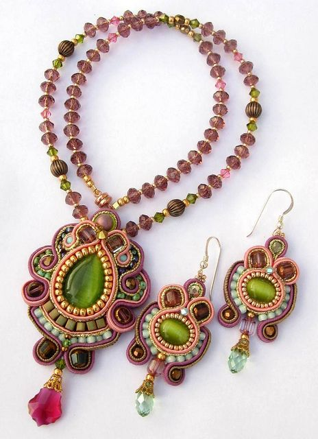 Green and purple pendant and earring set by Cielo Design, via Flickr many more amazing jewelry in the same soutache technique.