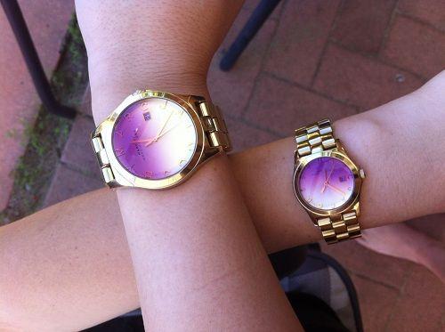 Đến với thế giới các mẫu đồng hồ cặp đôi đẹp là bạn đến với thế giới vô vàng những kiểu dáng và màu sắc khác nhau. Việc lựa chọn đồng hồ cặp đôi theo từng mùa thích hợp mà vẫn đẹp và thời trang chính là một sự lựa chọn thông minh. Hoặc nếu có thể bạn có thể sưu tập thành 1 bộ đồng hồ đôi 4 mùa cho cặp đôi của mình nhé.