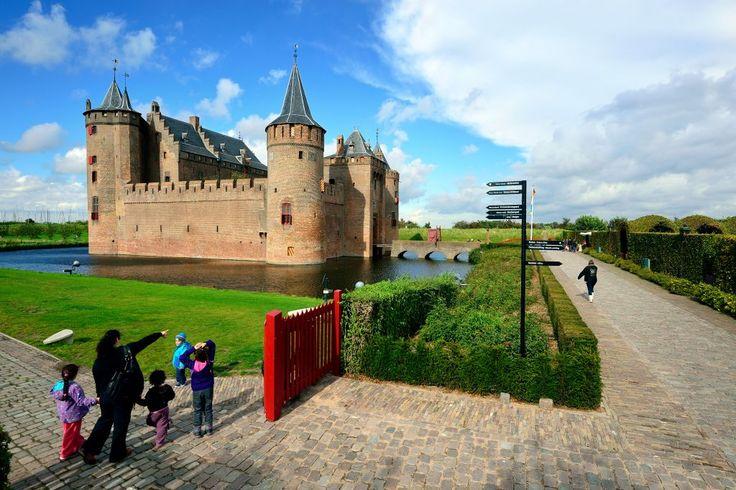 Muiderslot! mag zeker niet ontbreken bij een dagje Muiden. Wist je dat dit slot ook wel 'Castle of Amsterdam Muiderslot' wordt genoemd?
