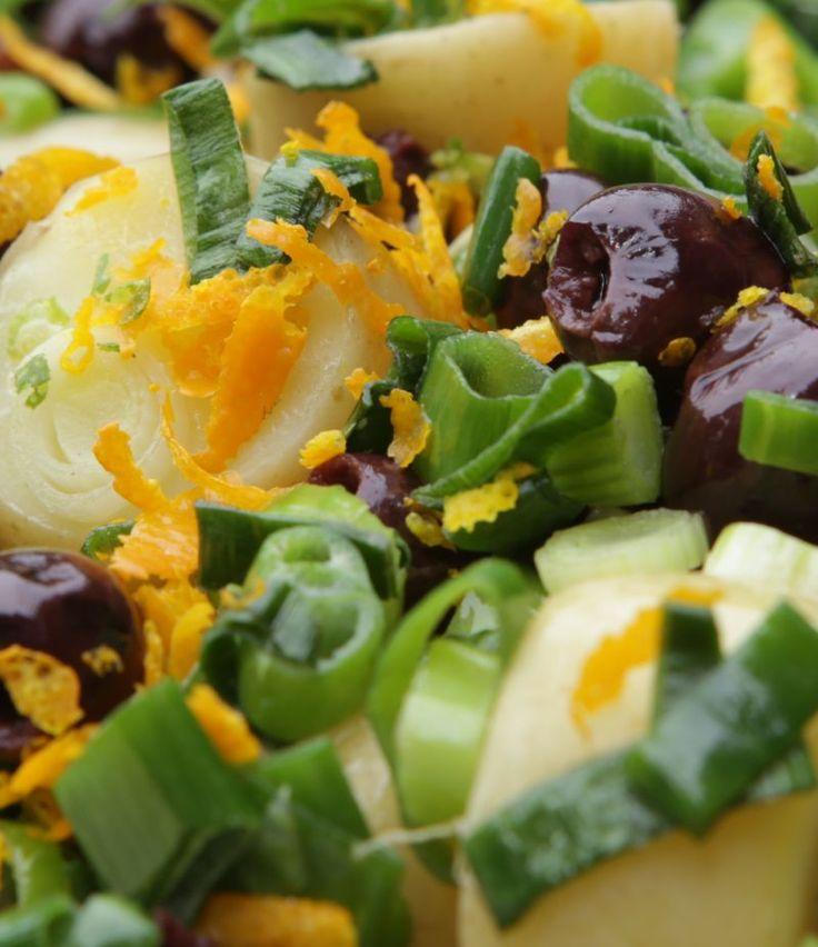 Ideaal voor feest of barbecue: een koude aardappel-maaltijdsalade met olijven, kappertjes en rucola. Het geheim: sausje met sinaasappelsap. Recept: http://www.slowfoodies.nl/duurzaam/wat-eten-vandaag-aardappelsalade/