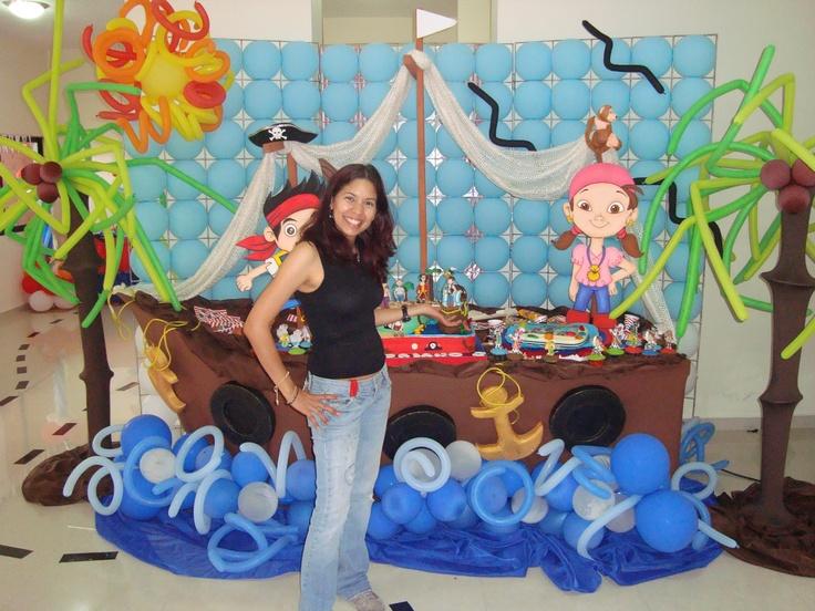 Mes n en forma de barco con pared de globos y palmeras - Decoraciones para paredes ...
