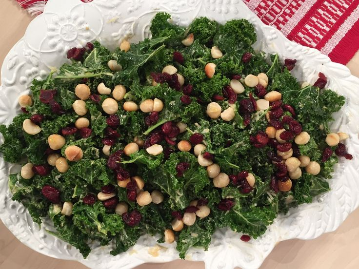 Grönkålssallad med parmesandressning och tranbär | Recept från Köket.se