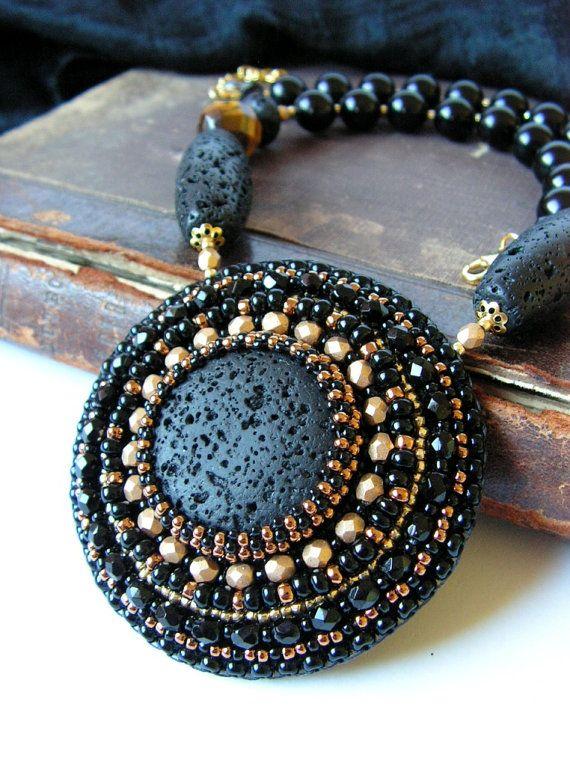 Bead embroidery Necklace Beadwork Pendant - det ligner en stor lavasten der er inden - flot i blå - brun - creme farver og forskellige størrelse perle