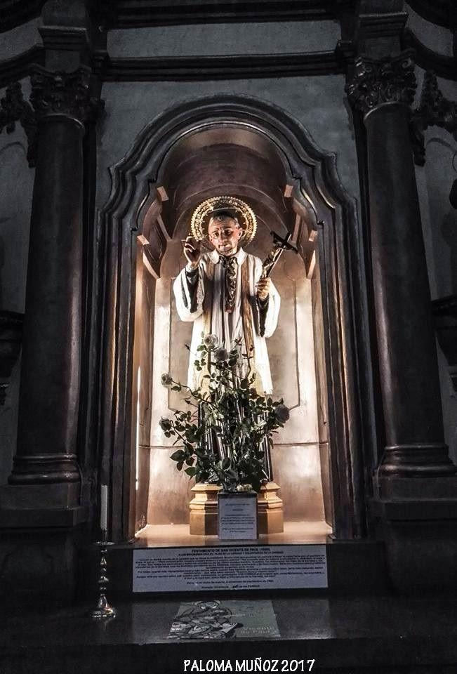 Altar y hornacina con la imgen de San Vicente de Paúl. Altar and niche with the image of St. Vincent de Paul.