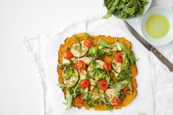 Pizza van zoete aardappel! Een pizzabodem gemaakt met zoete aardappel. Gezond, licht en lekker! Beleg de pizza met je favoriete toppings!