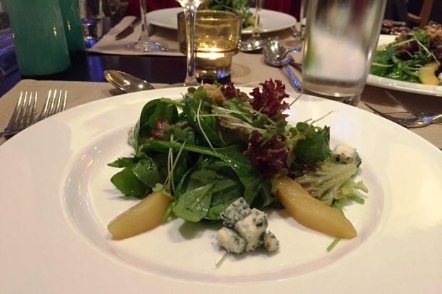 Σαλάτα με baby πρασινάδες, καραμελωμένα αχλάδια, καρυδόψιχα και μπλε τυρί