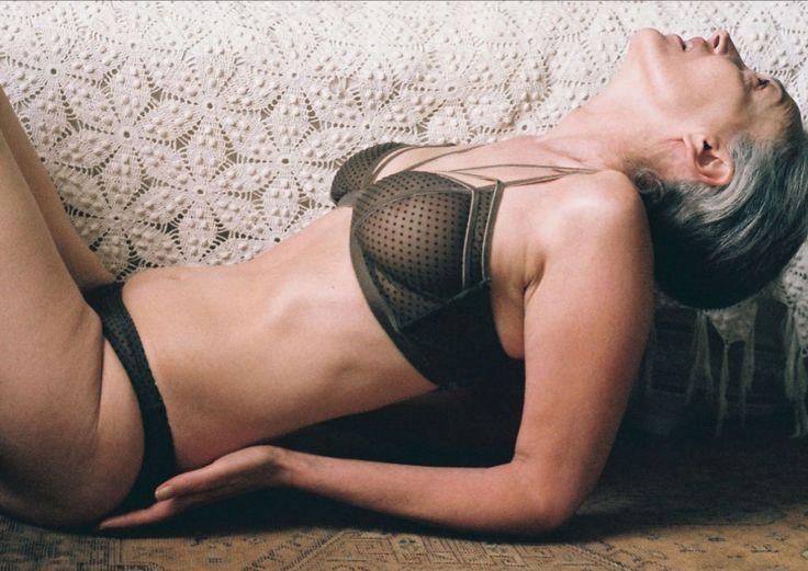 Modella di intimo a 57 anni: viva la bellezza senza età  - ELLE.it