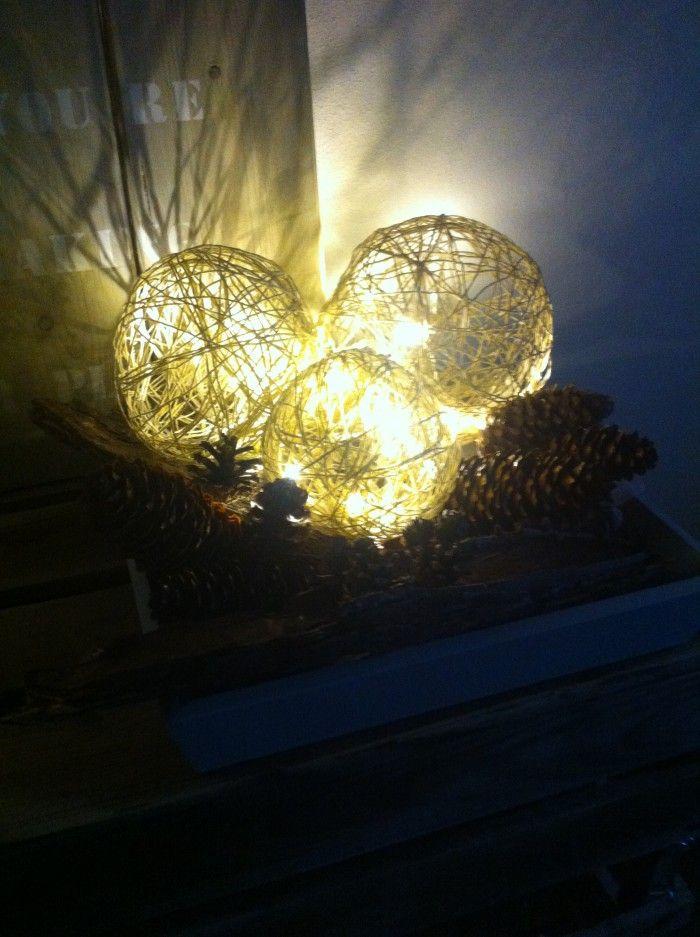 Sfeervolle verlichte ballen, zelfgemaakt met touw, ballonnen, behanglijm en lichtstrengen op batterijen