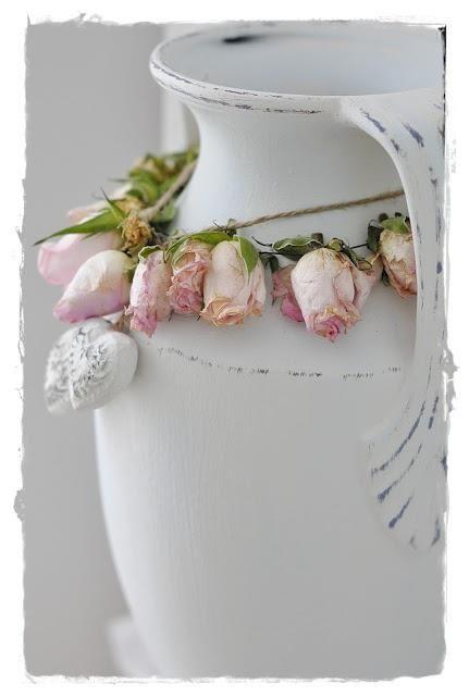 Vaso com Guirlanda de Botões de Rosas Naturais
