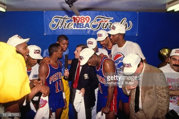Fotografia de notícias : Isiah Thomas of the Detroit Pistons talks with...