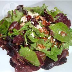 Foto recept: Salade met cranberry, geroosterde pecannoten en een frambozen-mosterd dressing