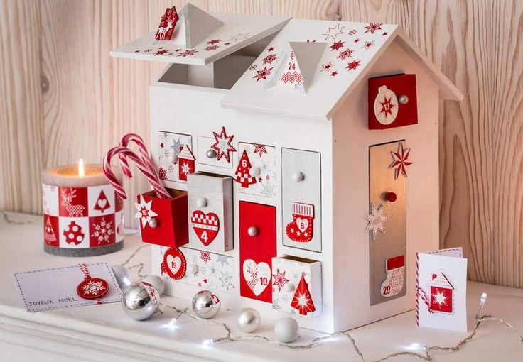 Une décoration de Noël tradi en rouge et blanc avec... Un calendrier de l'avent en forme de maison