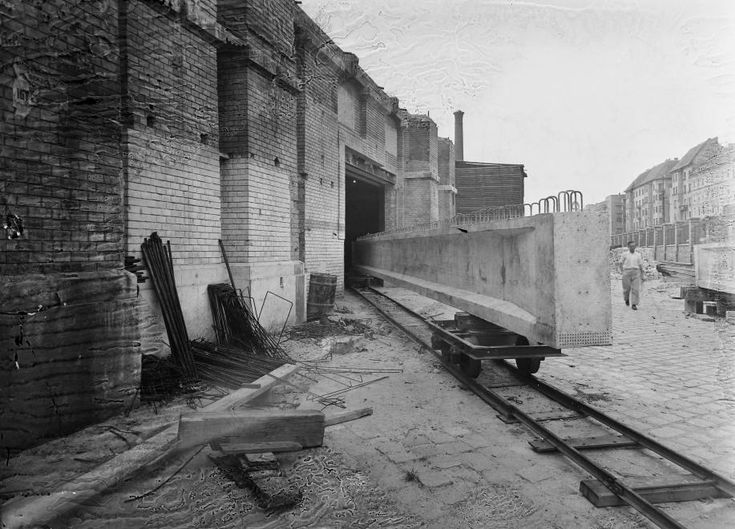 Közraktár utca, balra az Elevátor-ház maradványai.