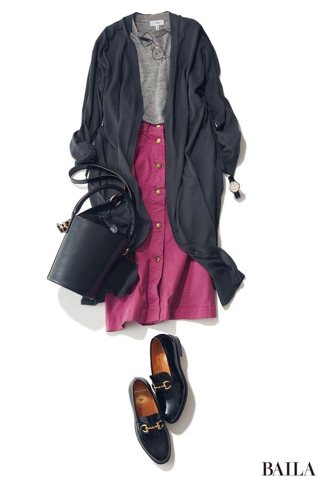 ロングカーデ&ノースリーブニットは、楽ちんなのにきれいめカジュアルが作れる便利コンビ。こんな風に濃淡グレーで作る大人シックなモノトーンなら、一点フレッシュなピンク色のスカートを投入して鮮度を上げて。濃グレーのカーデがIラインを作ってくれるから、足元がフラットなシューズでもスタイル・・・