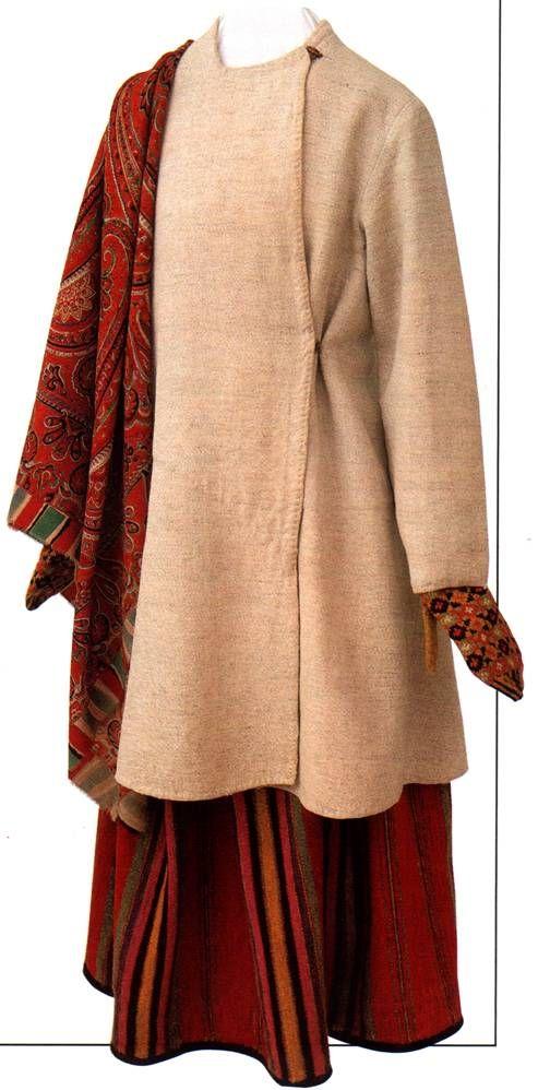 Праздничный женский костюм. Начало XX в. Вологодская губерния, Никольский уезд. Одним из видов верхней одежды для холодного времени года в XIX в. в России являлся пониток, или сукманник. Название связано с тканью, из которого он изготавливался — пониточины. Это толстая ткань из льняных и шерстяных нитей или сукна домашнего приготовления.