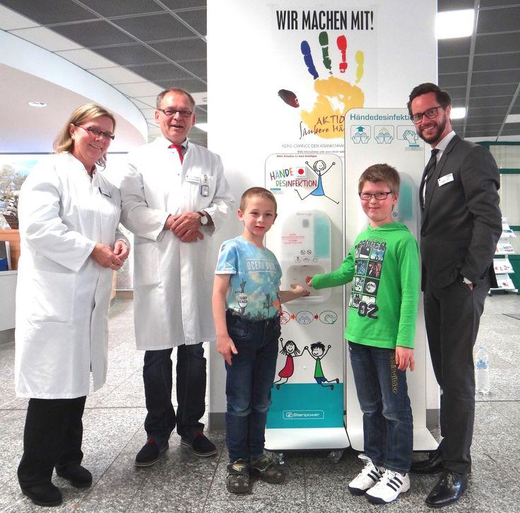 Händedesinfektion einfach und sicher – auch für Kinder. Über die Weltneuheit freut sich Chefarzt Richard Stangl mit der Hygienebeauftragten Marion Rutenkröger und Geschäftsführer Sebastian Holm.