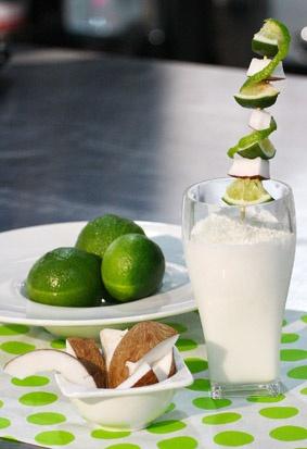 La limonada de coco es una de las bebidas más exquisitas por su sabor tan tropical, además es muy natural.