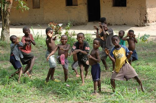 Crianças negras imitando posições de kung fu - do blog Sun Tzu e A Arte da Guerra (http://www.suntzulives.com/).
