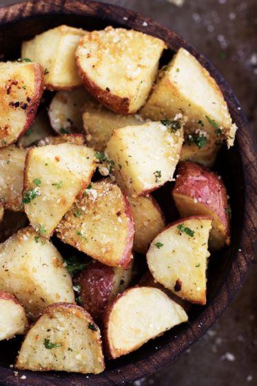 Pommes de terre rôties à l'ail et au parmesan! #patate #rôties #ail #parmesan…