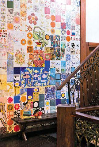 Parede de azulejos no hall do Hotel Catharina Paraguaçu, em Salvador.