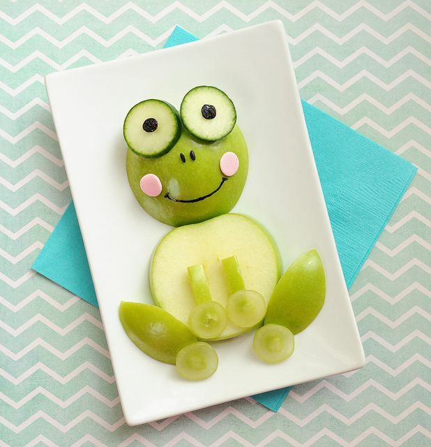 A cute apple frog snack    #meals #kids Parenting coaching _ It's all in the presentation - food art to inspire healthy eating - Kids - Bambini - Un modo creativo per indurre i bambini a mangiare in modo sano.