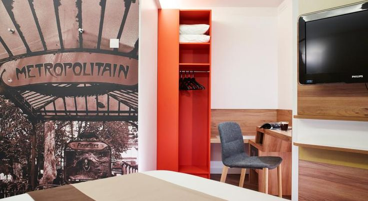 Median Paris Porte de Versailles Paris This hotel is located in Paris's 15th district, just in front of Balard Tram Station, which leads directly to Porte de Versailles Exhibition Centre. It offers modern guest rooms, a bar and private on-site parking.