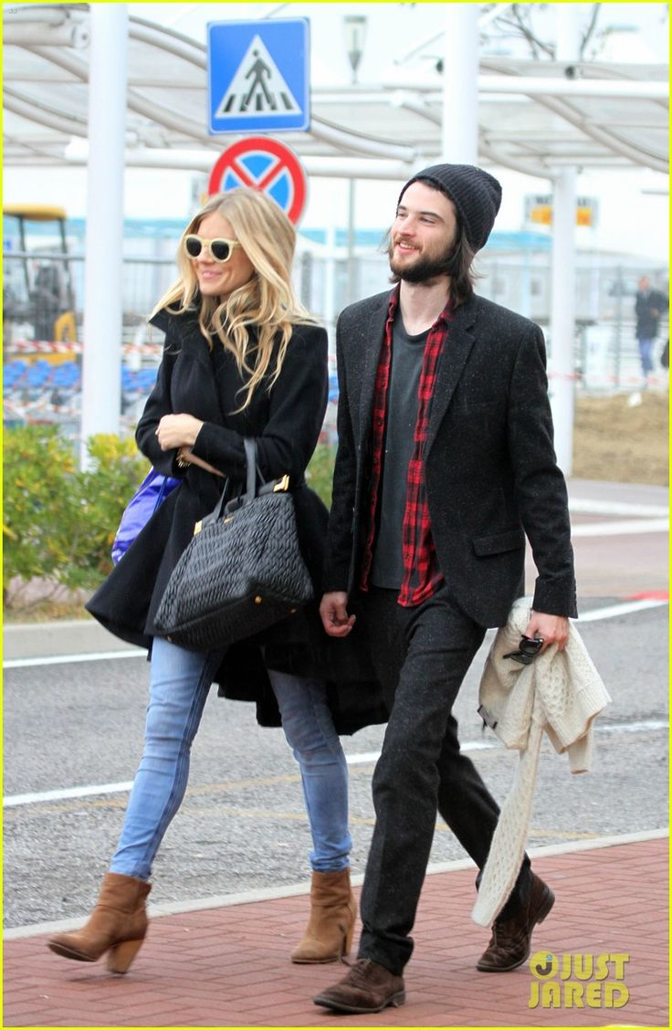 Sienna Miller & Tom Sturridge: Bon Voyage, Venice! | sienna miller tom sturridge venice 05 - Photo