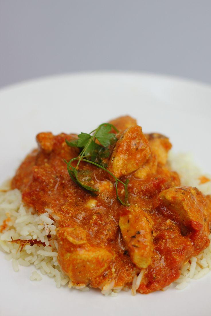 Mijn eerste kennismaking met de Indiase keuken had ik als kind. Het kwam uit een pakje en betrof het wereldgerecht van een merk dat klinkt als het geluid dat een varken maakt. Heb je hem? Mooi&#823…