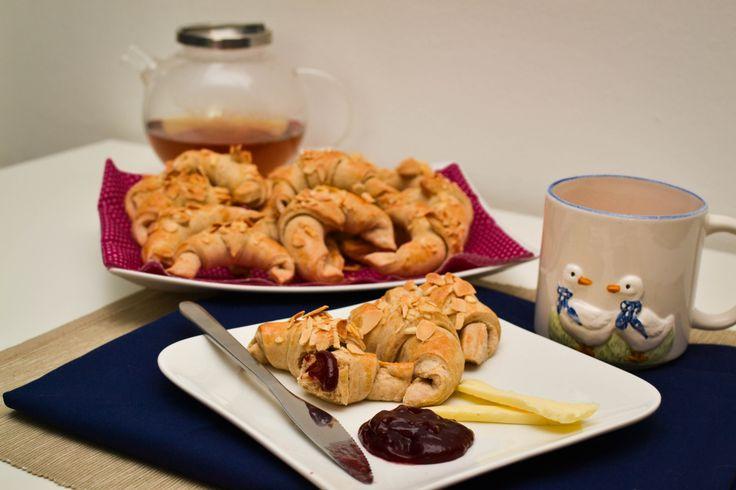 Vynikající máslové loupáky s mandlemi Delicious butter roll with almonds. http://www.cookwithlove.cz/2014/02/maslove-loupaky-s-mandlemi.html