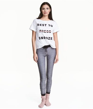 White. Pajamas in soft cotton jersey with a printed design. T-shirt with wide neckline and sewn cuffs. Leggings with elasticized drawstring waistband and