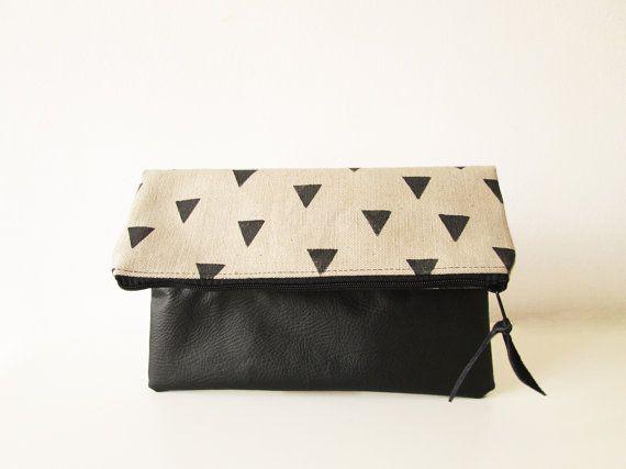 Diese Clutch Handtasche besteht aus 100 % natürlichen Dicke Leinwand für den oberen Teil und Kunstleder in schwarz für den Unterteil. Die Tasche ist mit schwarzen Baumwollstoff ausgekleidet.  Es ist die Hand, die mit schwarzen Dreiecken gestempelt.  Das Dreieck-Muster unterscheidet sich auf beiden Seiten die ihn noch mehr ausmachen!    Bitte beachten Sie, dass die Platzierung der Formen leicht variieren, da es freie Hand gestempelt ist.    Am Prüfplatz:    Breite: 11  Höhe: 10    Die…